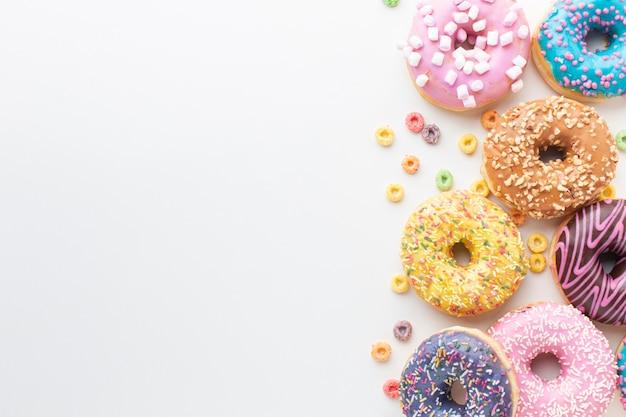 De smakelijke kleurrijke doughnuts kopiëren ruimte Gratis Foto
