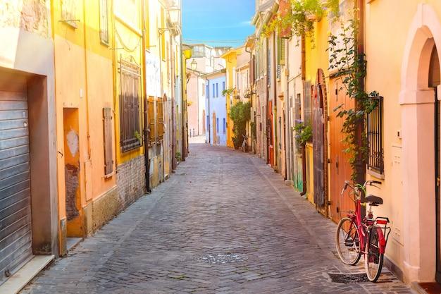De smalle straat van san giuliano met een fiets in rimini, italië Premium Foto