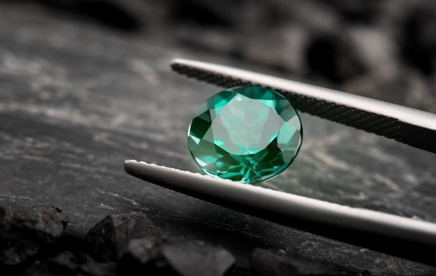De smaragd edelsteen sieraden gesneden. Premium Foto