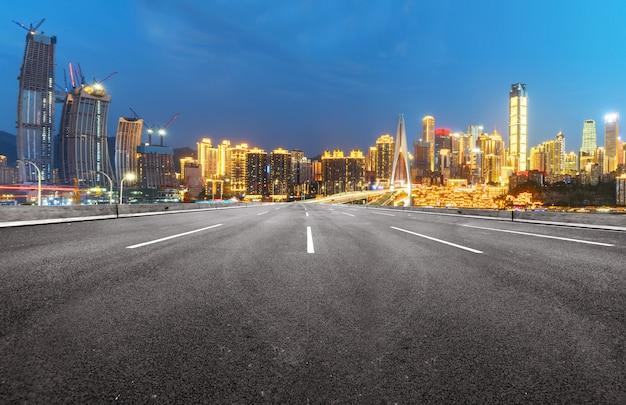 De snelweg en de moderne skyline van de stad liggen in chongqing, china. Premium Foto