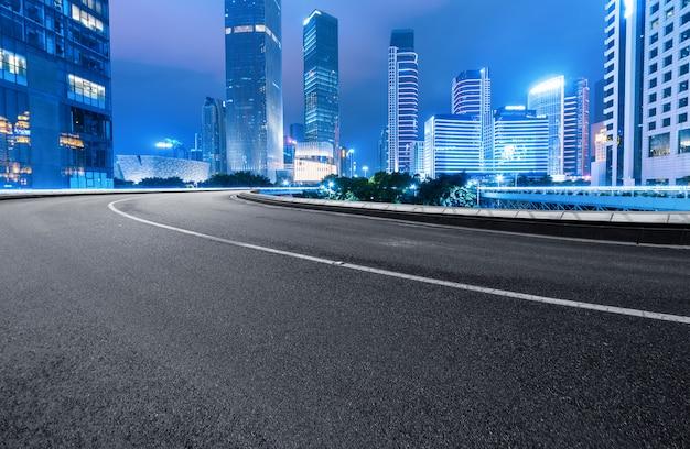 De snelweg en de moderne skyline van de stad zijn in guangzhou, china. Premium Foto