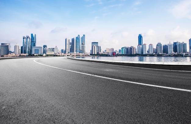 De snelweg en de moderne skyline van de stad zijn in qingdao, china. Premium Foto