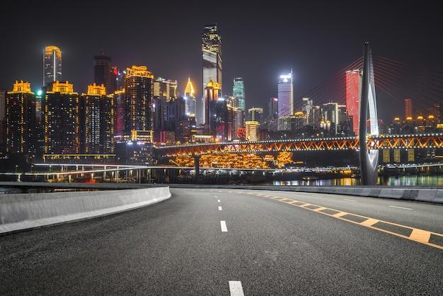 De snelweg en de moderne skyline van de stad Premium Foto