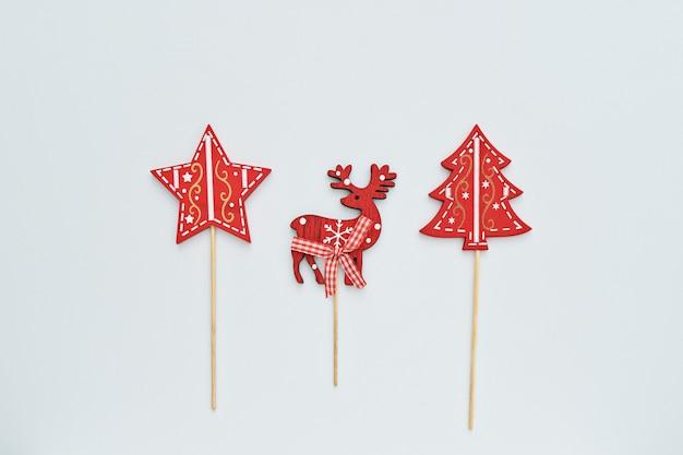 De spar, de ster en het hert van de kerstmisdecoratie op witte achtergrond Premium Foto