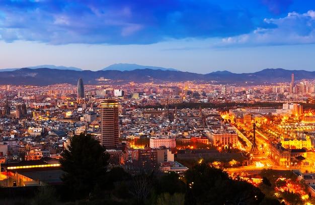 De stad van barcelona in de nacht Gratis Foto
