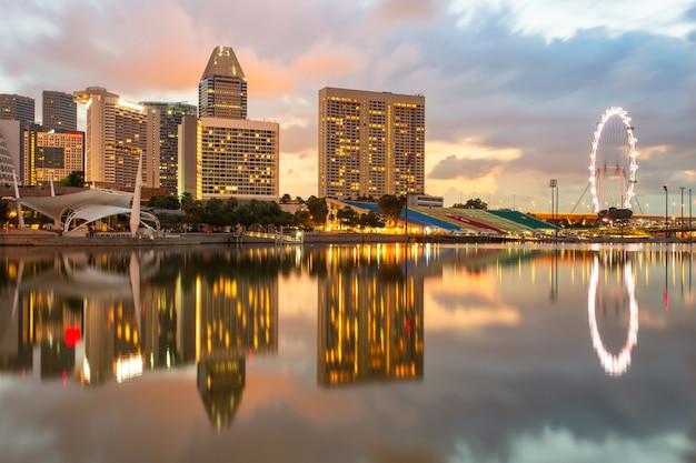De stad van singapore in zonsopgangtijd Premium Foto