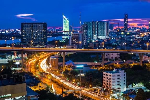 De stadshorizon van bangkok met stedelijke wolkenkrabbers bij zonsondergang, thailand Premium Foto
