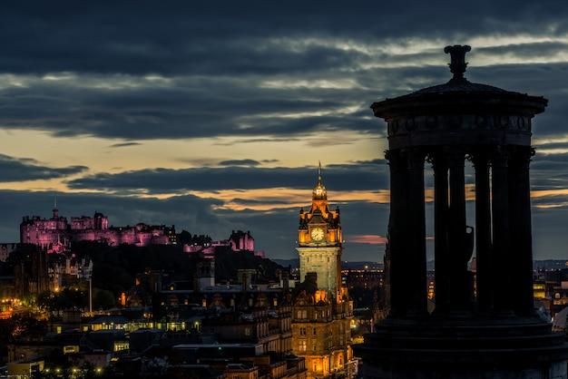 De stadshorizon van edinburgh en kasteel bij nacht, schotland Premium Foto