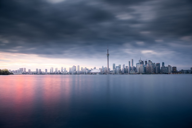 De stadshorizon van toronto bij nacht, ontario, canada Premium Foto