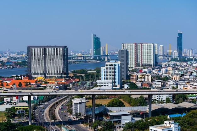 De stadsmening van bangkok en weg, thailand Premium Foto