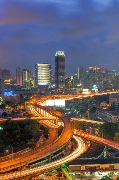 De stadsmening van bangkok met snelweg. Premium Foto