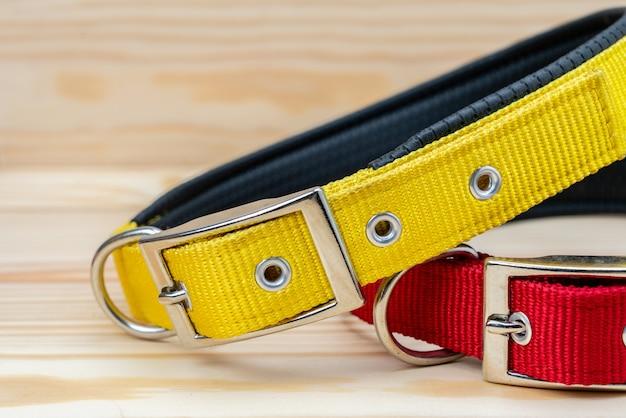 De stapel van huisdierenhalsbanden voor huisdier op houten achtergrond Premium Foto