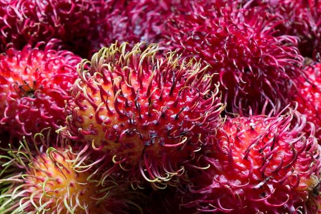 De stapelclose-up van rambutan bij marktkraam Premium Foto