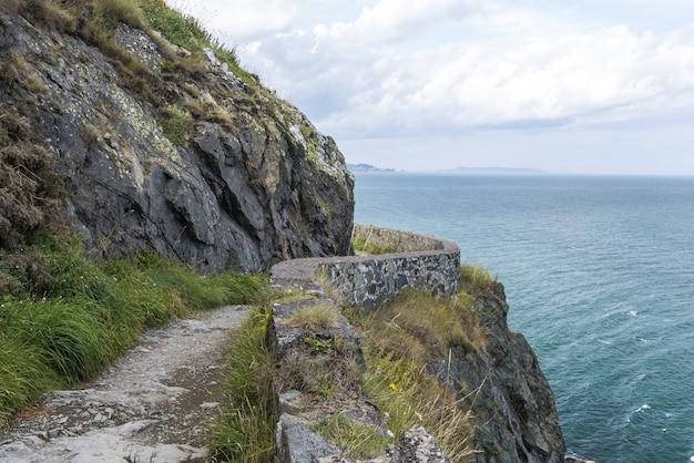 De steen schommelt berg wandelingsweg bij ierse zeekust. bray, greystone Premium Foto