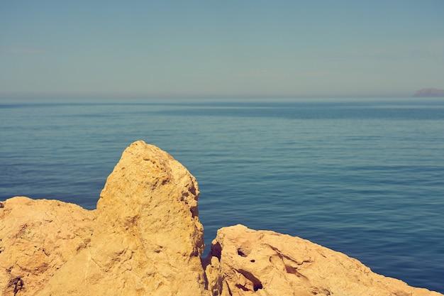 De stenen kust van de middellandse zee op een zonnige dag. Premium Foto