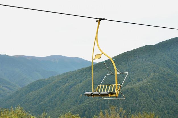 De stoelen van de kabelbaan op de achtergrond van mount makovitsa Premium Foto
