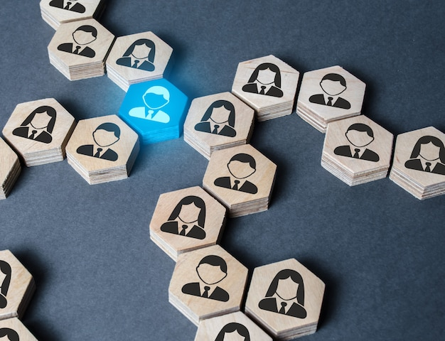 De structuur van zeshoekige figuren met werknemers is met elkaar verbonden door een blauw figuur Premium Foto
