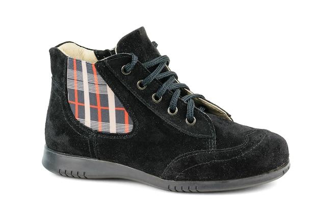 De suède laarzen van vrouwen in een paneel van geïsoleerde weefsels. comfortabele damesschoenen voor koel weer. Premium Foto