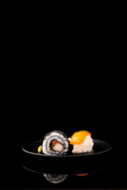 De sushi en nigiri van vooraanzichtmaki met exemplaarruimte Gratis Foto