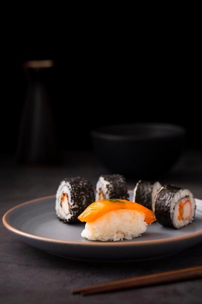 De sushi van vooraanzichtmaki met nigiri Gratis Foto