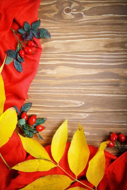 De tafel was versierd met herfstbladeren en bessen. herfst. herfst achtergrond. Premium Foto