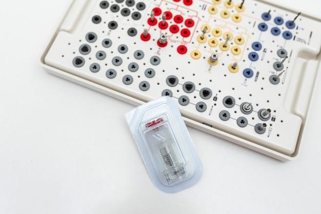 De tanduitrusting van protheticahulpmiddelen op wit Premium Foto