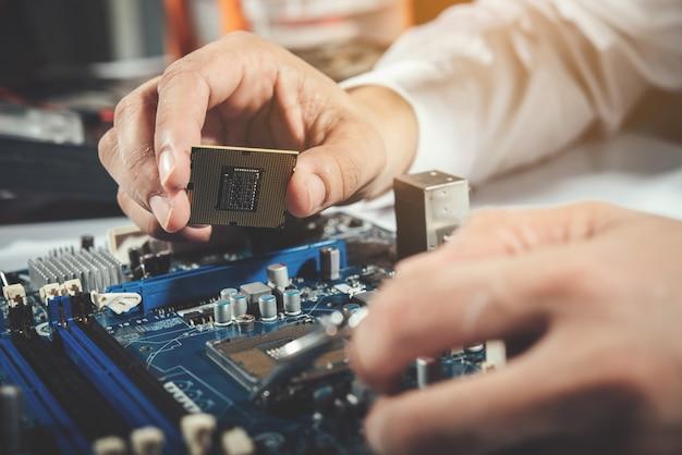 De technicus die de computer, computerhardware, reparatie, upgrade en technologie repareert Gratis Foto