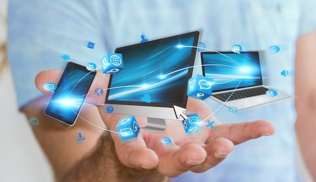 De technologieapparaten van de zakenmanholding in zijn hand Premium Foto