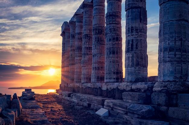 De tempelruïnes van poseidon op kaap sounio op zonsondergang, griekenland Premium Foto