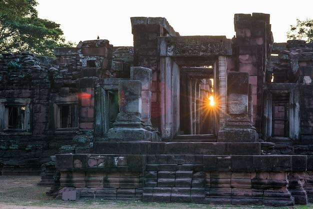 De tempels van de angkorstijl en oude khmer ruïnes in phimai, thailand. backlight sunburst sun star. Premium Foto