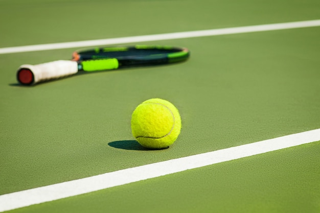 De tennisbal op een tennisbaan Gratis Foto