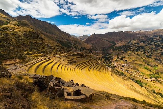De terrassen van inca in pisac, heilige vallei, peru Premium Foto