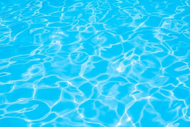 De textuur en het oppervlaktewater van het water zwembad op pool Premium Foto
