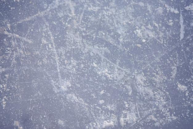 De textuur van de geschaatste ijsbaan, close-up. open ijsbaan winter achtergrond Premium Foto