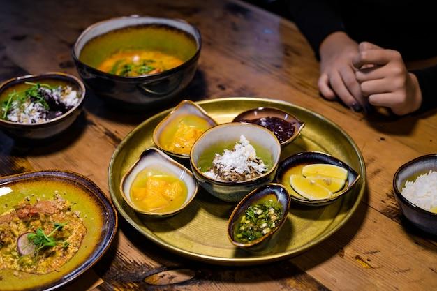 De thaise groene kerrie met kip en jasmijnrijst en andere aziatische stijlschotels op een lijst, sluit omhoog geschoten Premium Foto