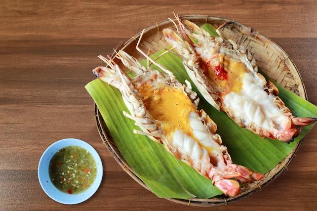 De thaise rivier van zeevruchtengarnalen die met kruidige saus op houten lijst wordt gebrand Premium Foto
