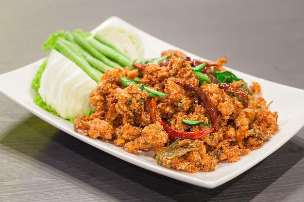 De thaise salade van het keuken kruidige knapperige varkensvlees, larb Premium Foto