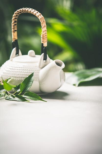 De theesamenstelling op tropische bladerenachtergrond, sluit omhoog Premium Foto
