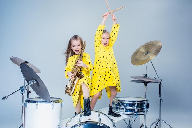De tiener muziekband optreden in een opnamestudio Gratis Foto