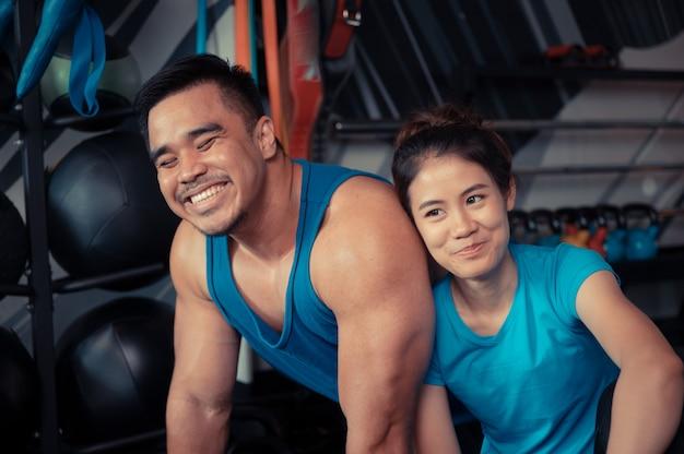De tienerparen oefenen in de gymnastiek uit Premium Foto