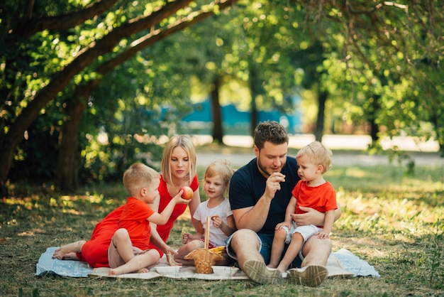 De tijd van de familie in het lange afstandsschot Gratis Foto