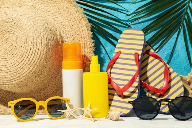 De toebehoren van de de zomervakantie tegen blauw, sluiten omhoog Premium Foto