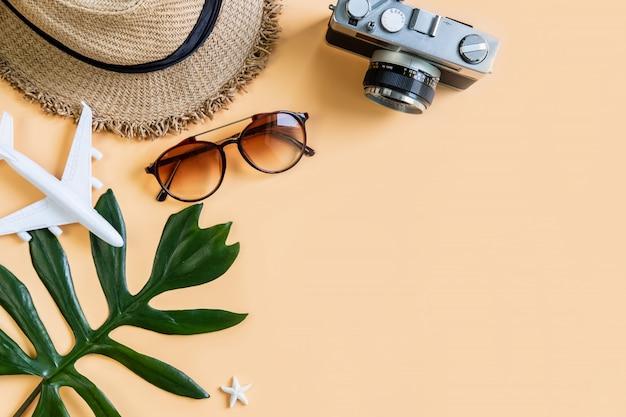De toebehorenpunten van reis met kleurenachtergrond, het concept van de de zomervakantie Premium Foto