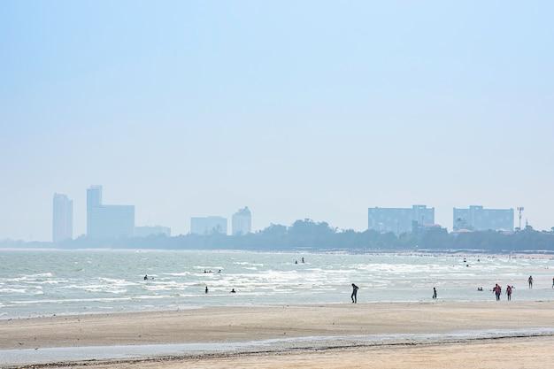 De toeristen op het strand in de vakantie in cha am beach. Premium Foto