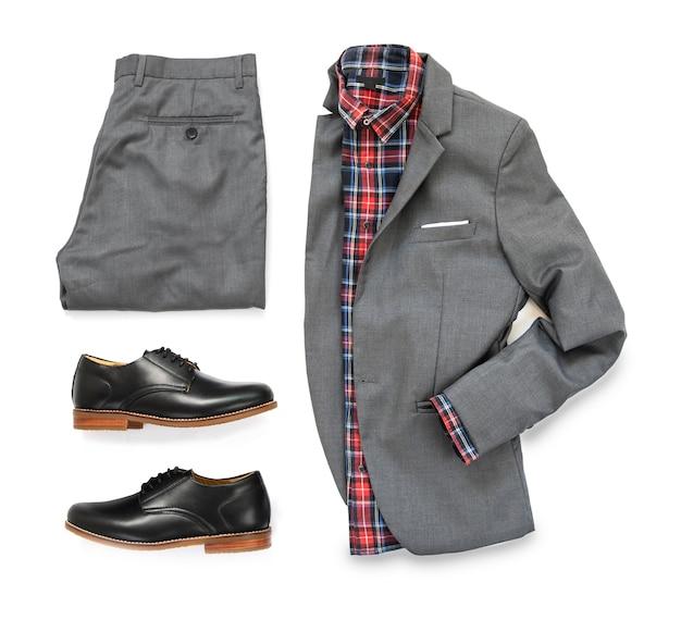 De toevallige uitrustingen van mannen voor man kleding met grijs kostuum, horloge, zonnebril, broeken, sokken, overhemd en oxford schoenen op witte achtergrond, hoogste mening worden geïsoleerd die. Premium Foto