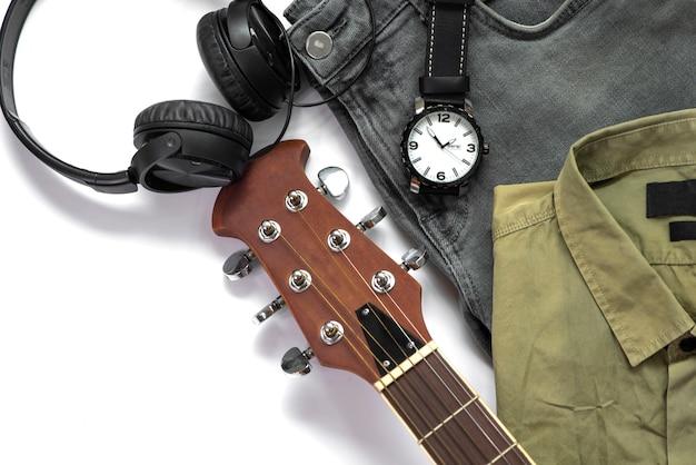 De toevallige uitrustingen van mannen voor mensenkleding met gitaar, jeans, horloge, oortelefoon en overhemd op witte achtergrond, hoogste mening wordt geïsoleerd die. Premium Foto
