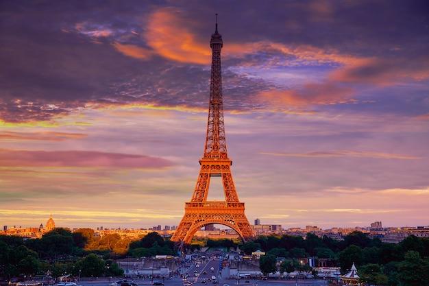 De toren van eiffel bij zonsondergang parijs frankrijk Premium Foto
