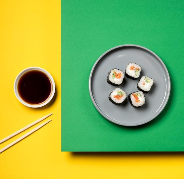 De traditionele aziatische sushibroodjes leggen plat Gratis Foto
