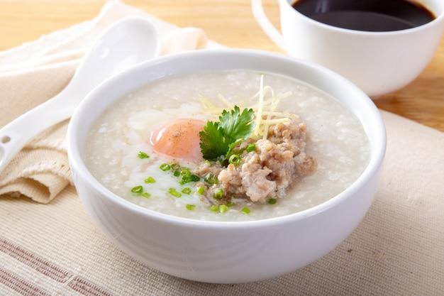 De traditionele chinese haverbrij van de havermoutpaprijst in kom Premium Foto