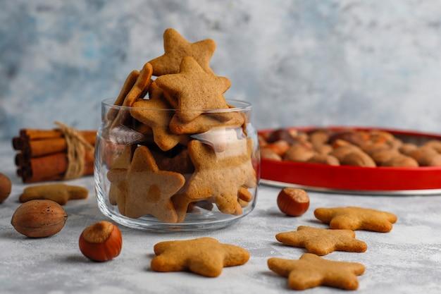 De traditionele eigengemaakte peperkoekkoekjes op grijs beton, sluiten omhoog, kerstmis, hoogste vlakke mening, leggen Gratis Foto